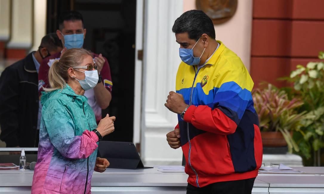 O presidente venezuelano, Nicolás Maduro, e a primeira-dama Cilia Flores dançam na chegada de um evento para comemorar o Dia Internacional da Juventude no Palácio Presidencial Miraflores, em Caracas Foto: FEDERICO PARRA / AFP/12-02-2021