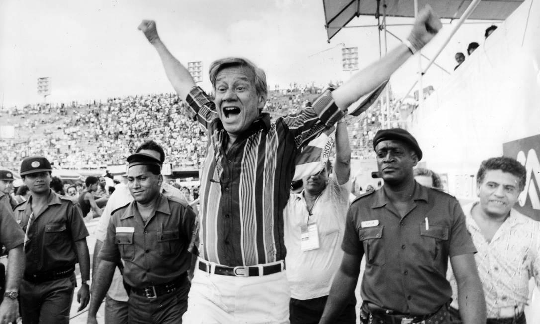 Cercado por policiais, o patrono da Mocidade Independente de Padre Miguel, Castor de Andrade, vibra com título do Bangu em 1991 Foto: Chiquito Chaves / Agência O Globo