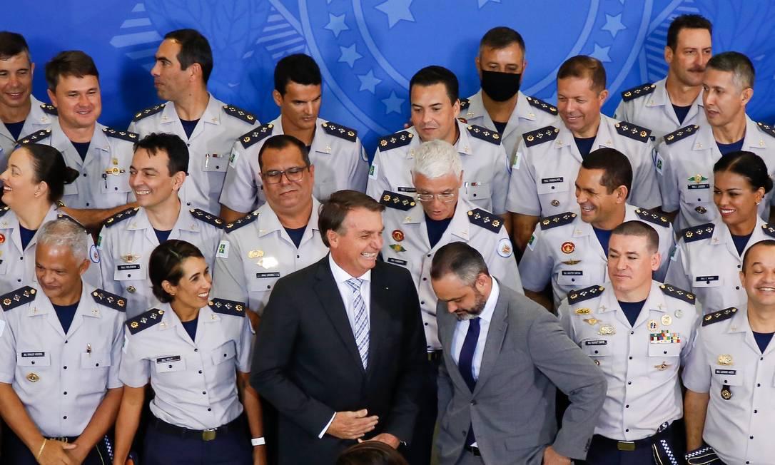 O presidente Jair Bolsonaro recebe policiais militares do Distrito Federal no Palácio do Planalto Foto: Anderson Riedel/Presidência