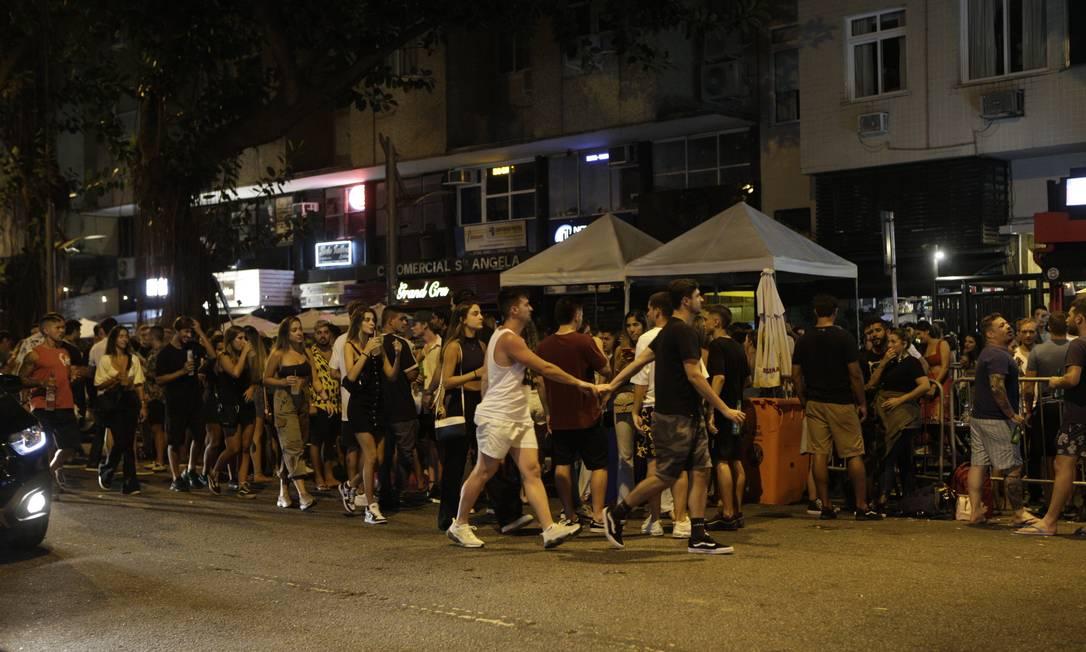 Bairro do Leblon já abrigava aglomerações na noite de sexta-feira (12), no início do período de Carnaval Foto: Alexandre Cassiano / Agência O Globo