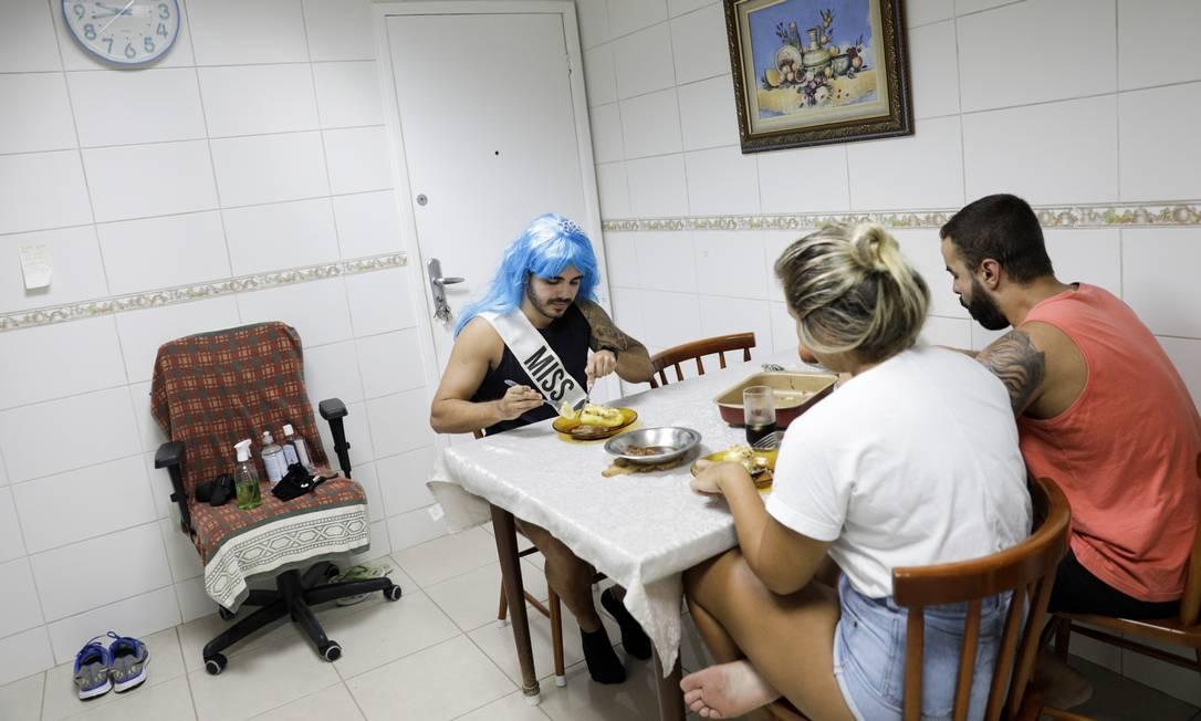 """Marcus Vinicius Araujo, 25 anos: """"É um momento de compreensão que precisamos para viver. Não vamos comemorar o carnaval agora, mas vamos festejar de casa, respeitando os protocolos de segurança sanitária e nos preparando para voltar no próximo com a alegria de sempre"""" Foto: RICARDO MORAES / REUTERS"""