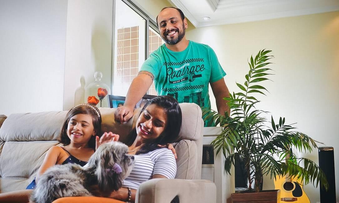 Thiago e Alessandra Pereira vão se mudar com a filha Isabela, 8 anos, para um apartamento maior em SP Foto: Marco Ankosqui / Agência O Globo