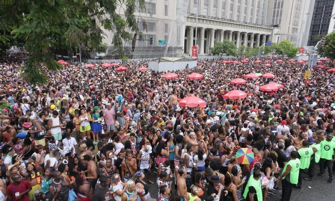 No ano passado, no mesmo ponto da Antônio Carlos, milhares se aglomeravam Foto: Márcio Alves / Agência O Globo