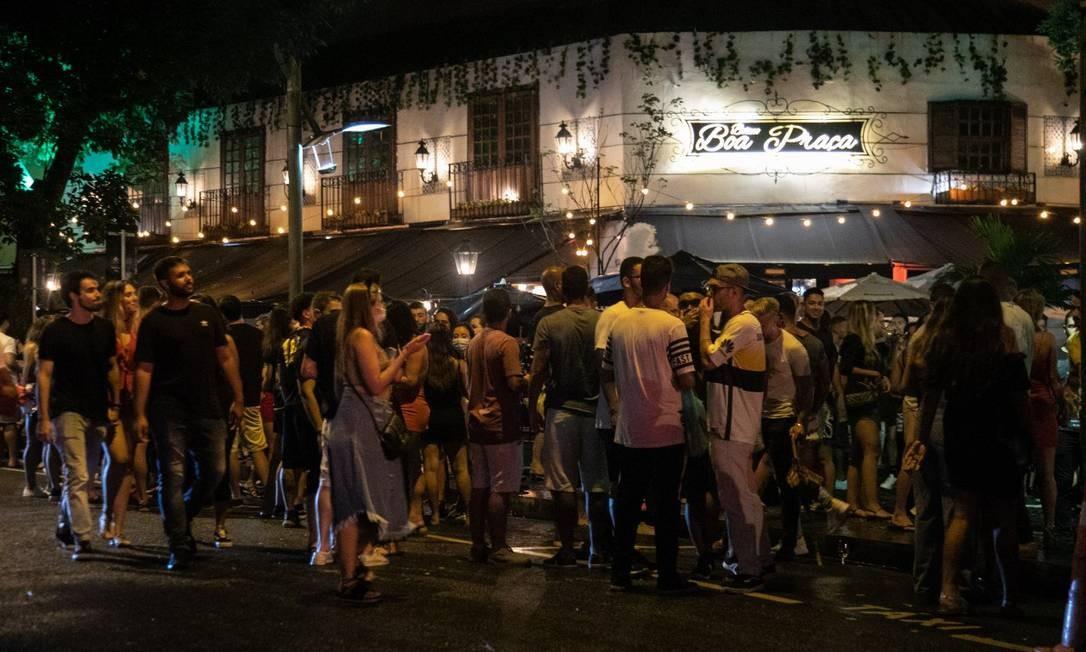 A Praça Cazuza, na Rua Dias Ferreira, Leblon, teve aglomeração e improviso com som alto Foto: Brenno Carvalho / Agência O Globo