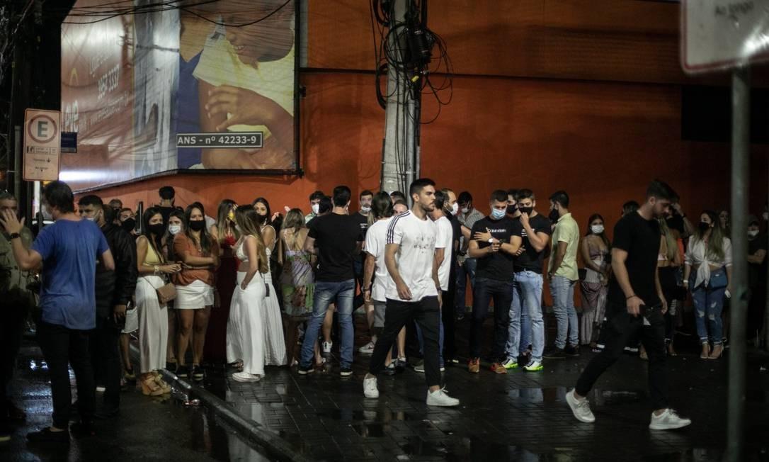 Na Barra da Tijuca, público fez fila para entrar na boate Vitrini na noite de sábado Foto: Brenno Carvalho / Agência O Globo