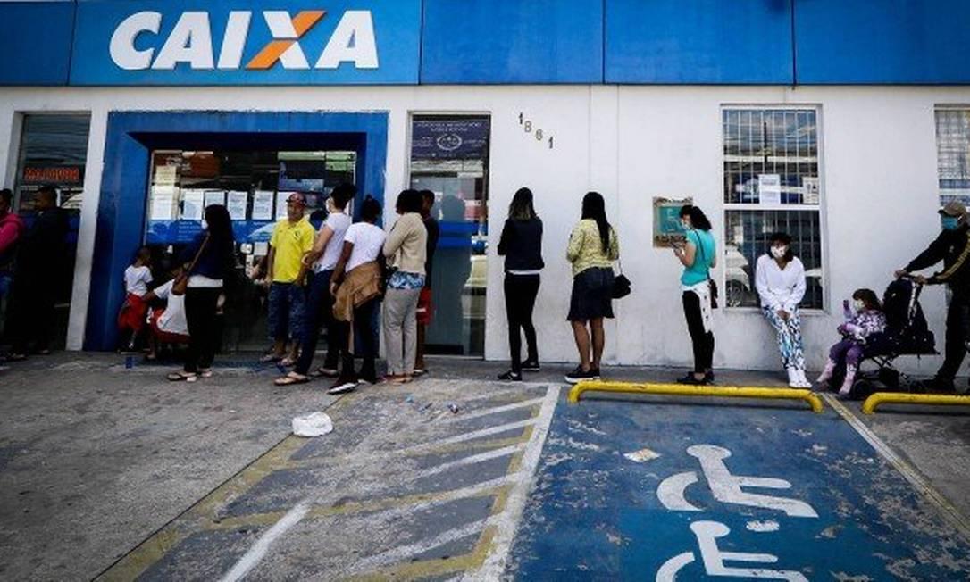Fila na entrada de uma agência da Caixa Econômica Federal para receber auxílio emergencial Foto: Agência O Globo
