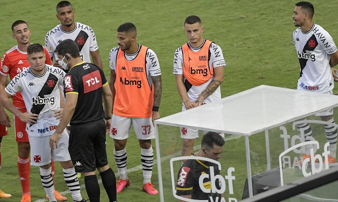 Jogadores de Vasco e Internacional esperam decisão do árbitro no VAR Foto: Código 19 / Agência O Globo