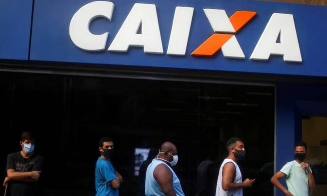Fila para saque do auxílio emergencial na Caixa Econômica Federal Foto: Reuters