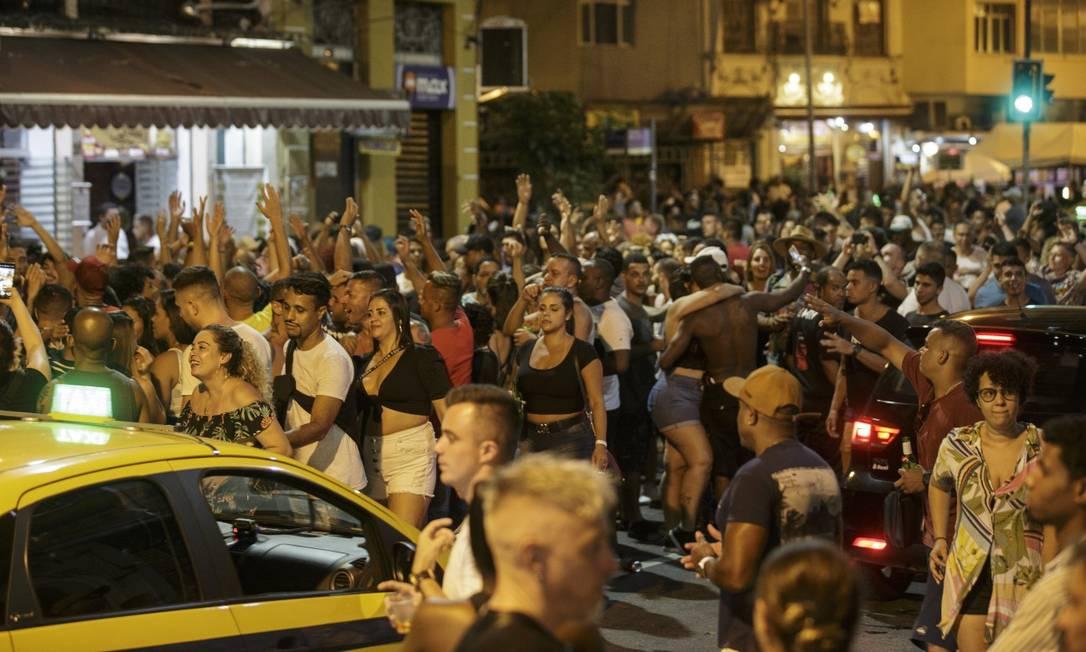 Na Lapa, pessoas formaram bloco improvisado na Avenida Mem de Sá; grupo foi dispersado com ação da PM Foto: Alexandre Cassiano / Agência O Globo