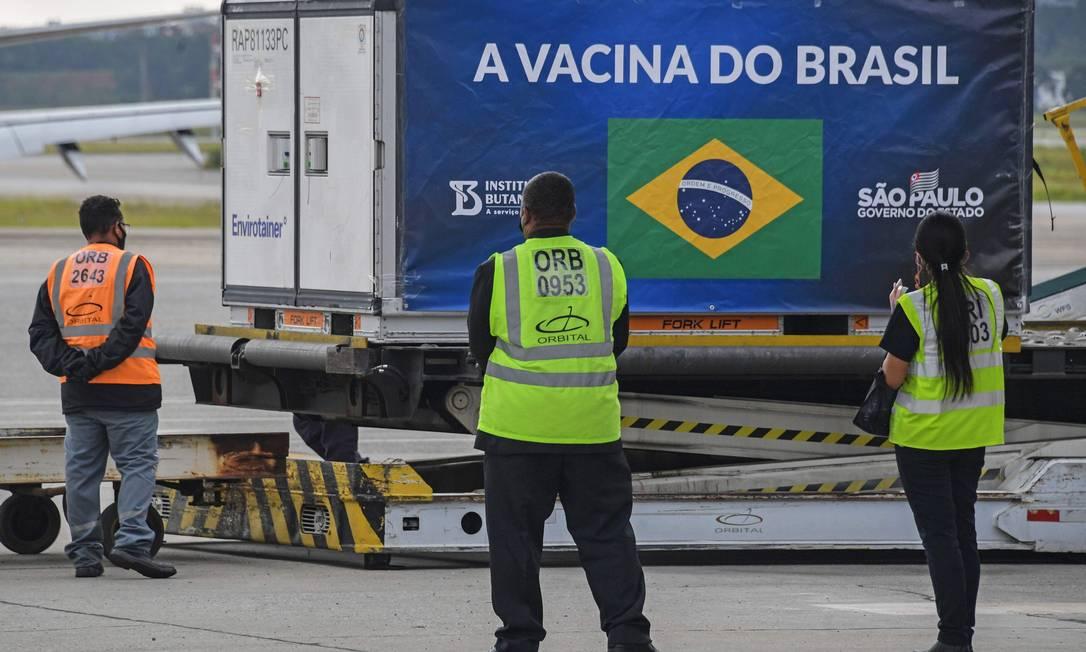 Contêiner com as doses de Coronavac é descarregado de avião cargueiro no Aeroporto Internacional de Guarulhos, em São Paulo Foto: NELSON ALMEIDA / AFP