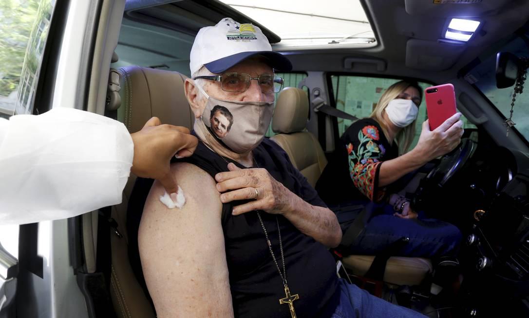 Áttila Moledo, 88 anos, professor universitário e morador de Icaraí recebe primeira dose da vacina no campus Gragoatá, da Universidade Federal Fluminense, em Niterói Foto: FABIANO ROCHA / Agência O Globo