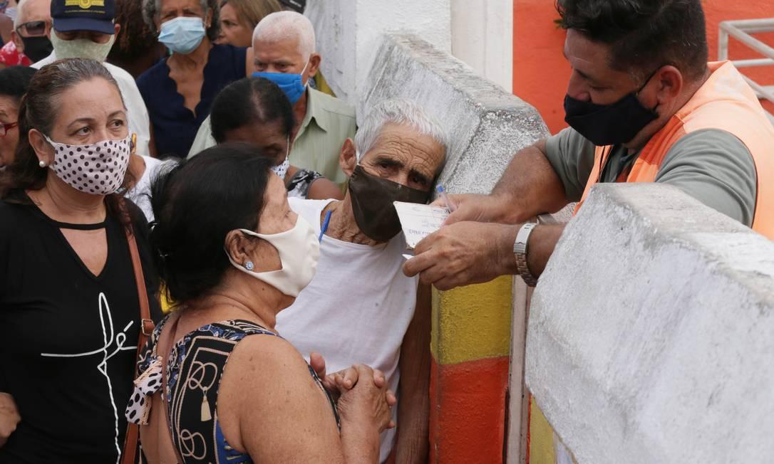 Idosos se aglomeram em fila para receber vacinação no Posto Neuza Brizola, no centro de Belford Roxo, Baixada Fluminense Foto: Cléber Júnior / Agência O Globo