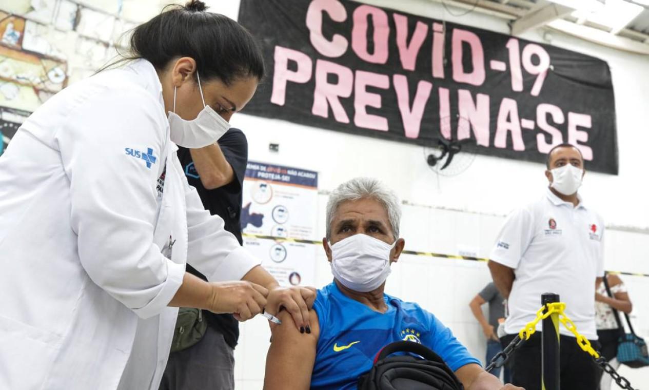 São Paulo começou a vacinar contra Covid-19 moradores de rua com idade superior a 60 anos Foto: Photo Premium / Agência O Globo