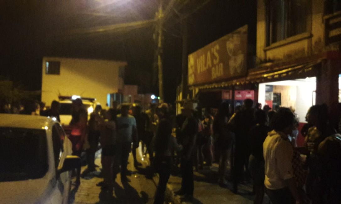 Bar cheio em Búzios, com pessoas em pé, na rua, aglomeradas e sem máscara Foto: Reprodução