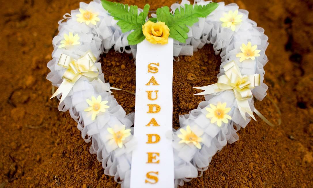 Coroa de flores em homenagem a vítimas da Covid-19 em cemitério de Manaus Foto: Bruno Kelly/Reuters/13-5-2020