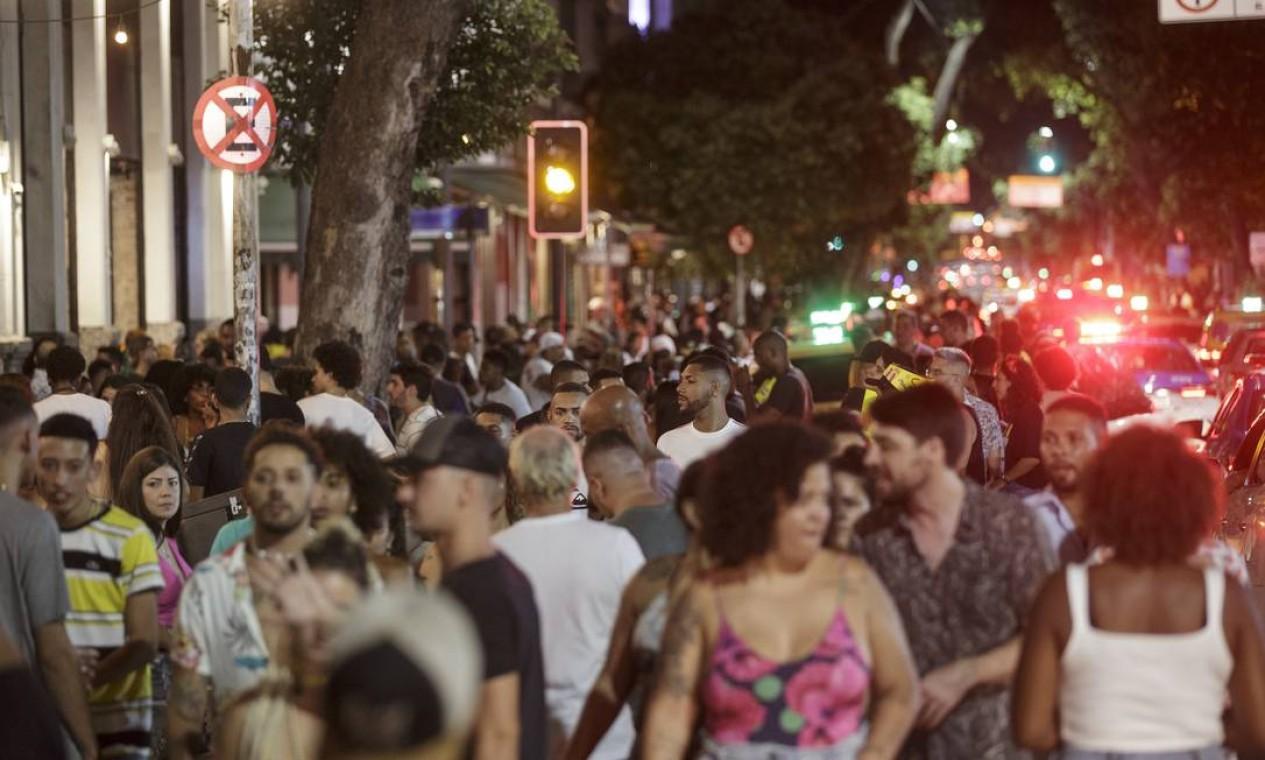 Aglomeração em bloco improvisado na Avenida Mem de Sá, na Lapa. Na cidade do Rio, o carnaval não teve programação, mas cariocas e visitantes espalharam folia clandestina pela cidade Foto: Alexandre Cassiano / Agência O Globo - 14/02/2021
