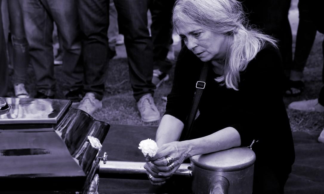 Patricia Nasutti, mãe de Ursula Bahillo, de 19 anos, no funeral da filha, assassinada por ex-namorado Foto: Reprodução/El País/AP