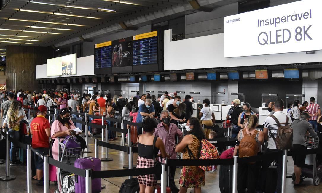 Especialistas apontam que é necessário controle nos aeroportos para mitigar transmissão da nova variante. Foto: Roberto Casimiro/Fotoarena 29-12-2020 / Agência O Globo