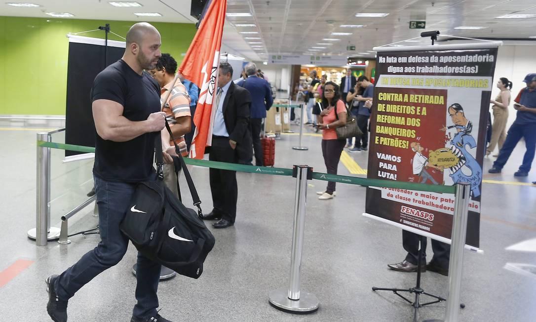 A favor da reforma da Previdência, Daniel desembarca, no Aeroporto Juscelino Kubitscheck, em Brasília, e encontra manifestação contra o projeto Foto: Jorge William / Agência O Globo