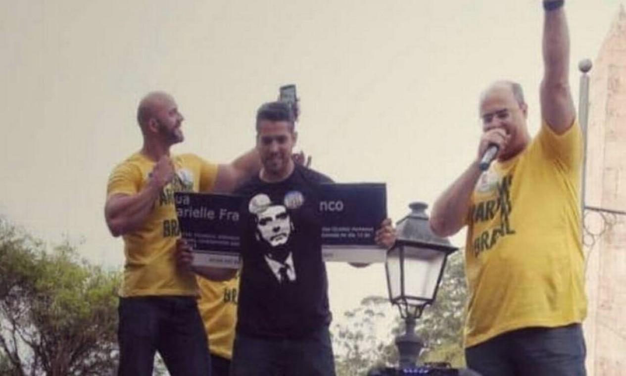 Durante a campanha, em outubro de 2018, Wilson Witzel (PSC) participou do momento em que Daniel Silveira (PSL), ao lado de Rodrigo Amorim (PSL), eleito deputado estadual, quebra a placa de rua em homenagem à vereadora assassinada do PSOL, Marielle Franco Foto: Reprodução