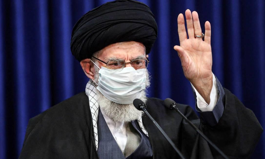 Líder supremo do Irã, o aiatolá Ali Khamenei, durante discurso televisionado em que pressionou Joe Biden em acordo nuclear de 2015 Foto: - / AFP