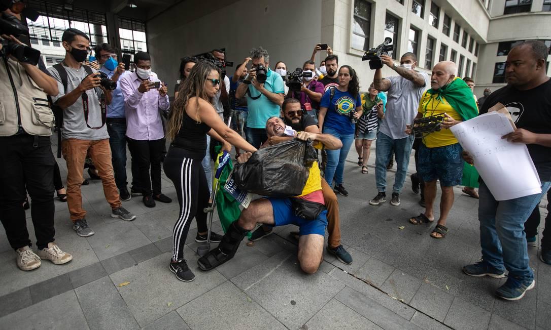 Homem que levou uma placa de Marielle Franco é enforcado em frente à sede da Polícia Federal, na presença também da imprensa Foto: Brenno Carvalho / Agência O Globo