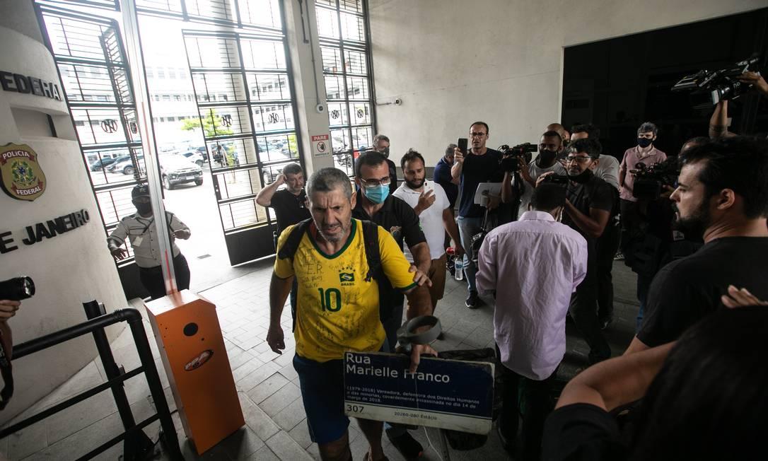 Manifestante Edson Rosa, depois de agredido, segura placa em homenagem à Marielle Franco Foto: Brenno Carvalho / Agência O Globo