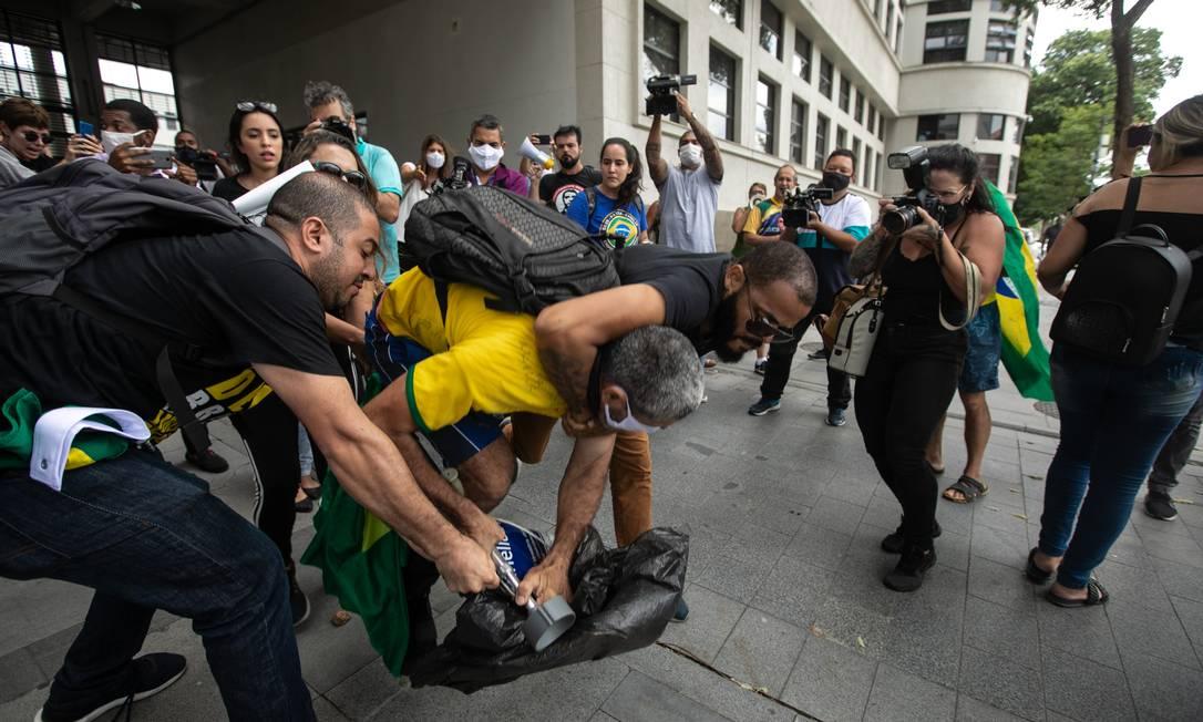 Edson é agarrado pelo pescoço e derrubado Foto: Brenno Carvalho / Agência O Globo