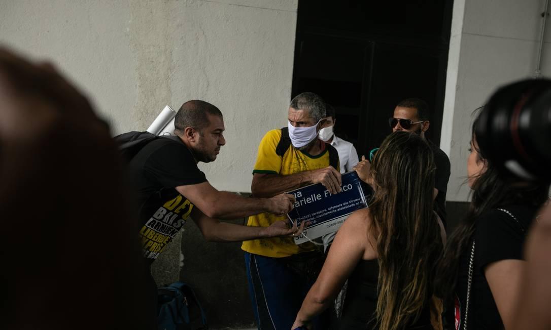 Bolsonarista tenta arrancar placa em homenagem à Marielle das mãos de Edson Rosa Foto: Brenno Carvalho / Agência O Globo