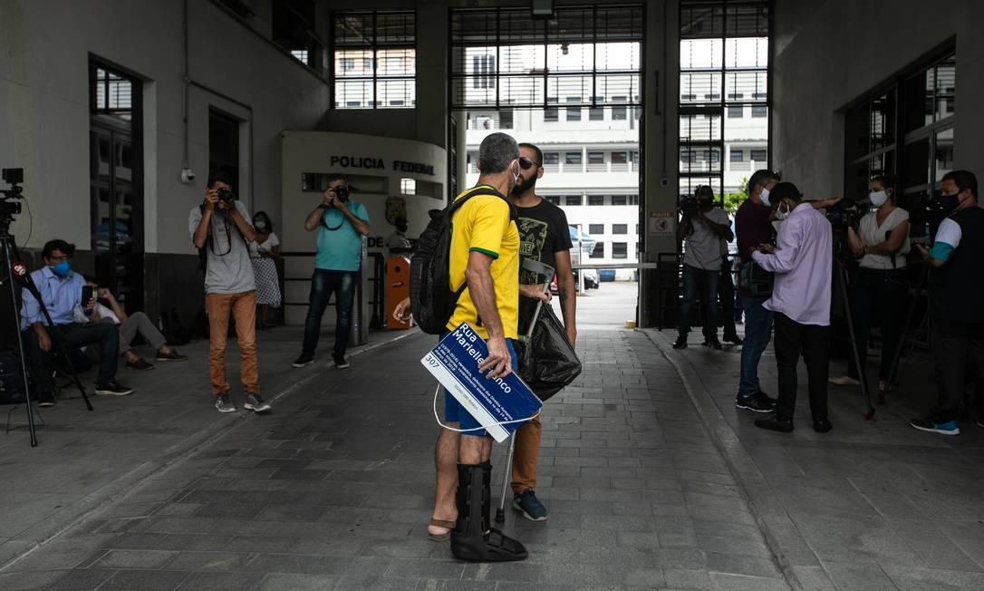 Bolsonarista discute com manifestante na sede da Polícia Federal Foto: Brenno Carvalho / Agência O Globo