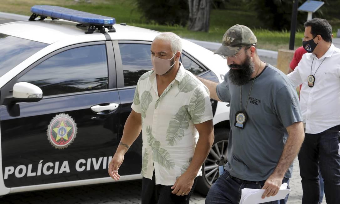 Cantor Belo chega à Cidade da Polícia Foto: Domingos Peixoto / Agência O Globo