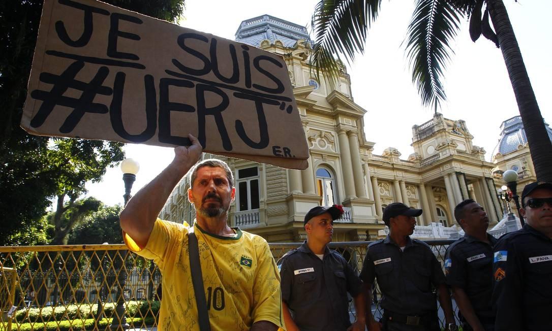 Edson Rosa diante do Palácio Laranjeiras, sede do governo estadual, durante manifestação de servidores, em 2015, pelo pagamento dos salários atrasados Foto: Thiago Freitas / Agência O Globo