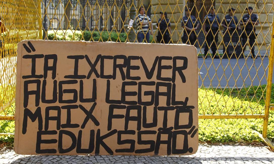Rosa é figura conhecida nas manifestações por direitos de classes e contra a corrupção realizadas no Rio Foto: Thiago Freitas / Agência O Globo