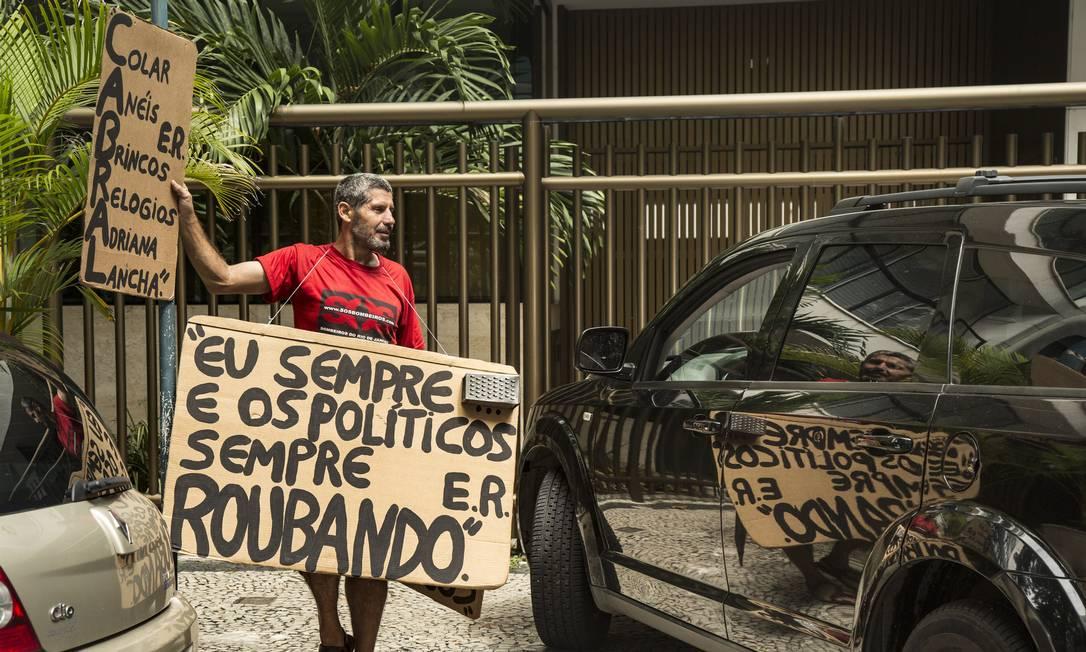 Solitário, Rosa conversa com os cariocas que passam na calçada e com motoristas que entram e saem da garagem do prédio em que mora Adriana Ancelmo Foto: Ana Branco / Agência O Globo