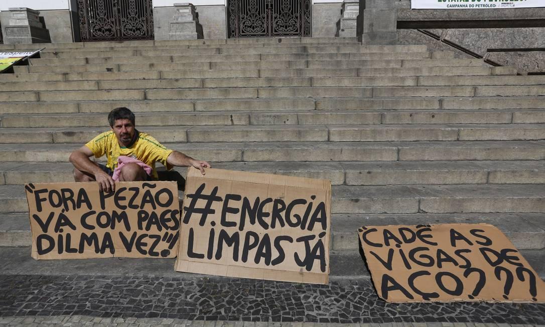 Rosa em um protesto solitário, em 2014, contra a classe política Foto: Custódio Coimbra / Agência O Globo