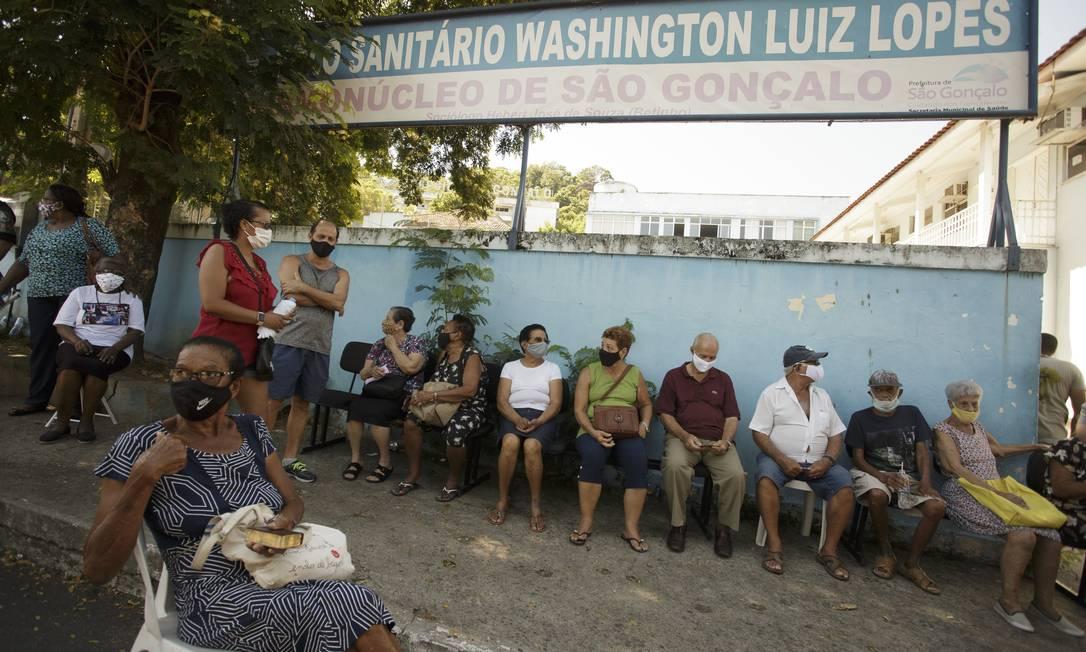 Fila de vacinação em posto de São Gonçalo (RJ) reúne idosos Foto: Márcia Foletto / Agência O Globo