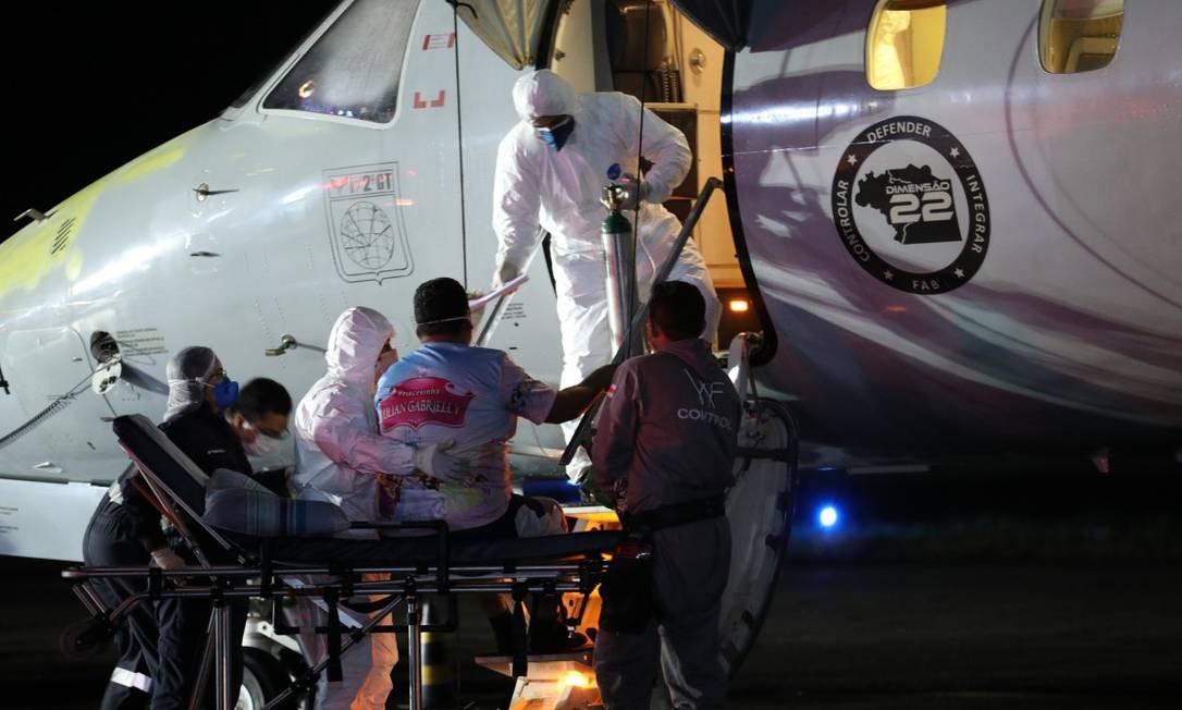 Pacientes com Covid-19 trazidos de Manaus desembarcam no Rio no início do mês: vistoria verificou que faltou planejamentoo Foto: Lucas Silva / Secom / Divulgação