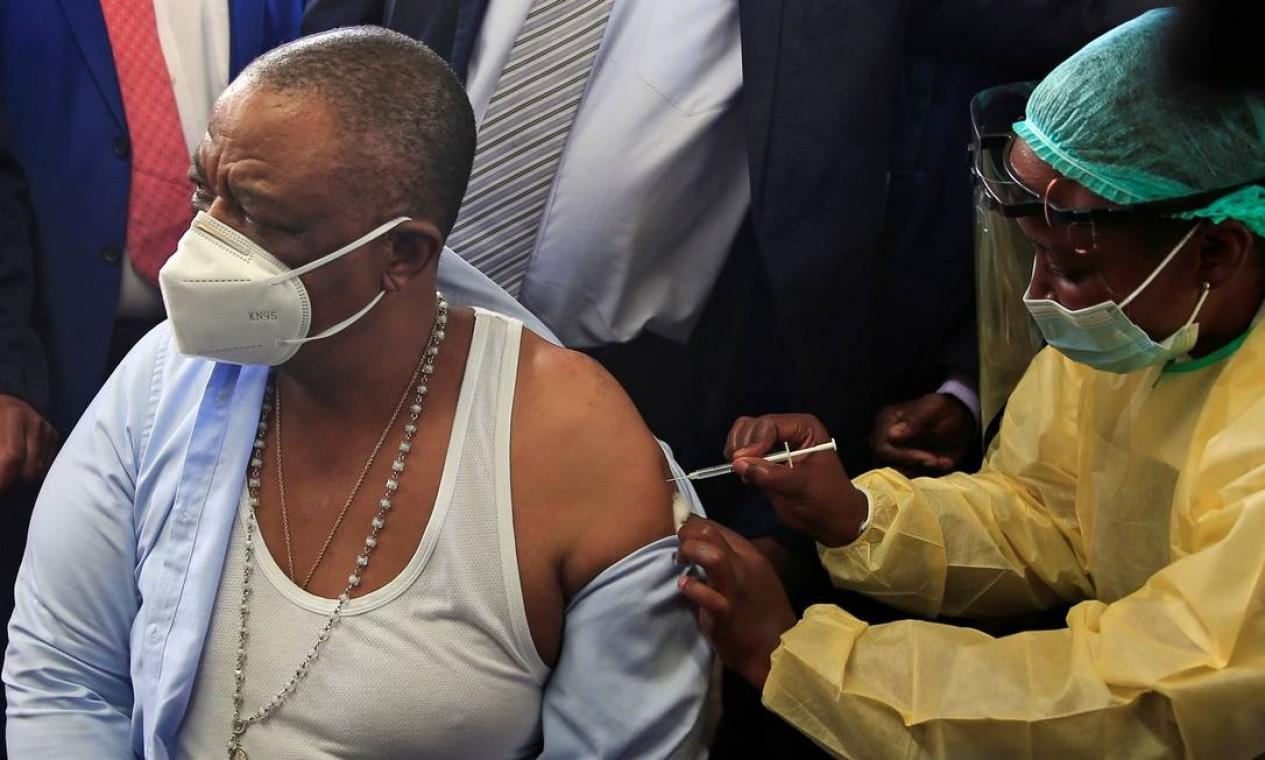 Constantino Chiwenga, vice-presidente e ministro da Saúde do Zimbábue, recebe vacina contra COVID-19, em Harare, capital do Zimbábue Foto: PHILIMON BULAWAYO / REUTERS - 18/02/2021