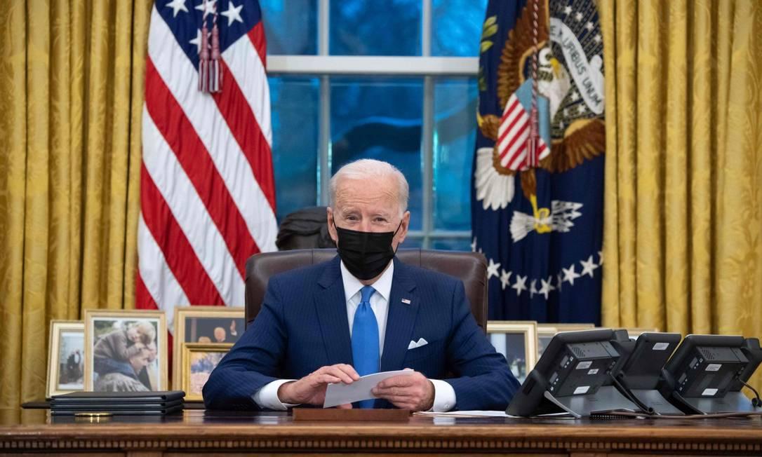 Presidente dos Estados Unidos, Joe Biden, fala no Salão Oval da Casa Branca antes de assinar ordens executivas relacionadas à imigração. Foto: SAUL LOEB / AFP