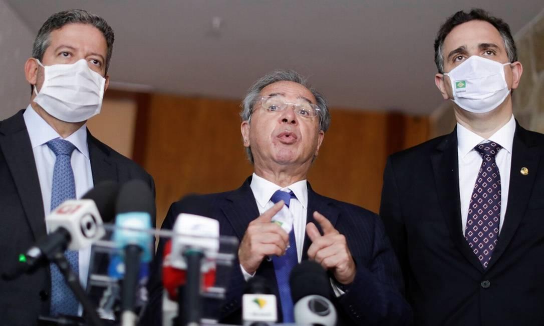 O ministro da Economia, Paulo Guedes, com os presidente da Câmara, Arthur Lira, e do Senado, Rodrigo Pacheco falam sobre auxílio emergecial Foto: Ueslei Marcelino/Reuters / Reuters