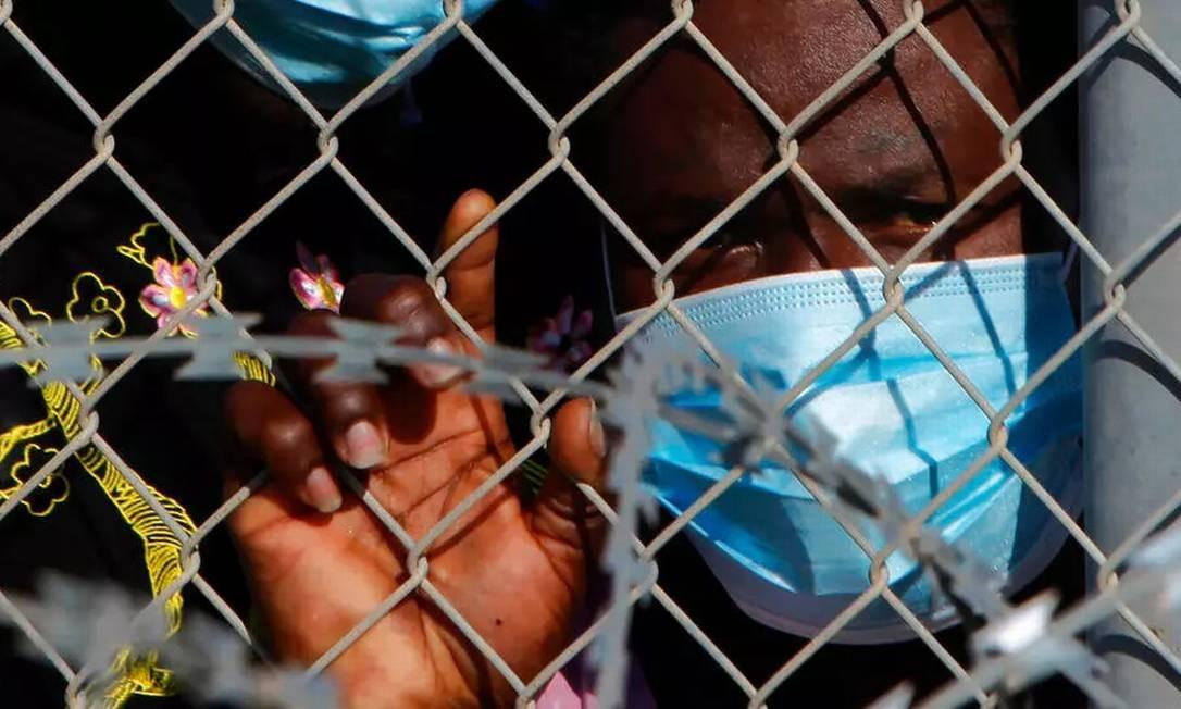 Migrante dentro de um campo de refugiados em Kokkinotrimithia, próximo da capital de Chipre, em 5 de fevereiro de 2021 Foto: AP - Petros Karadjias