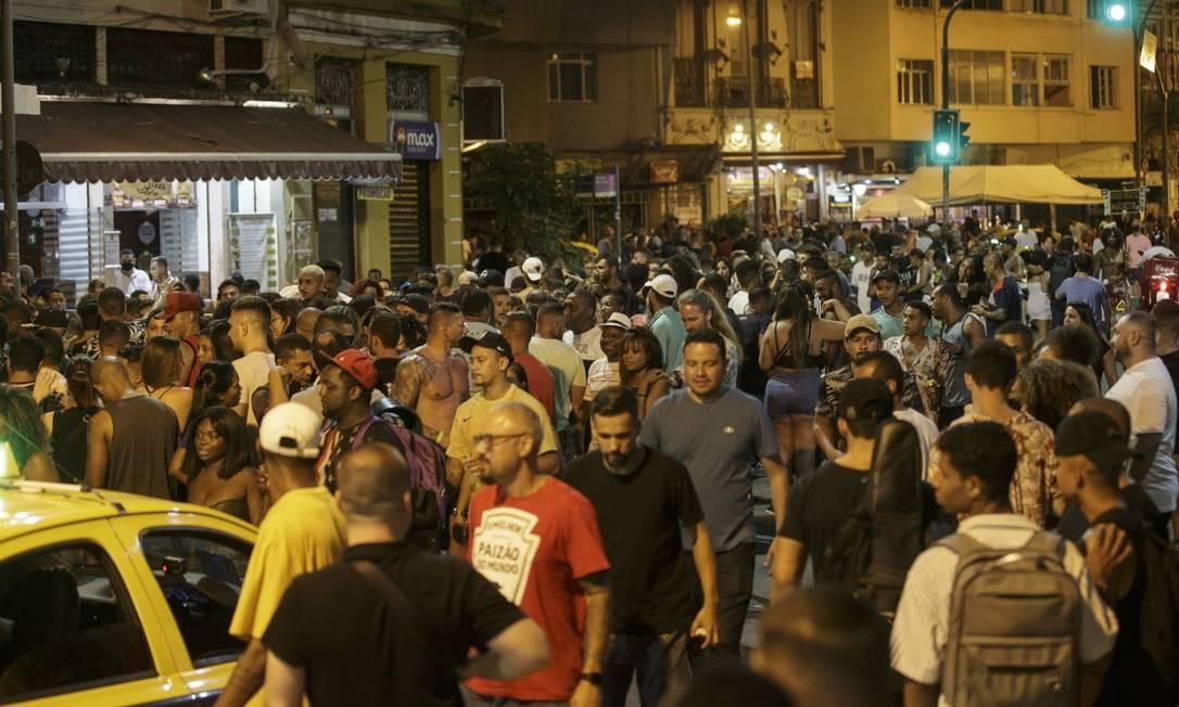 Multidão sem máscara na Lapa, durante feriado do carnaval: multas foram aplicadas pela prefeitura Foto: Alexandre Cassiano 14-2-2021 / Agência O Globo