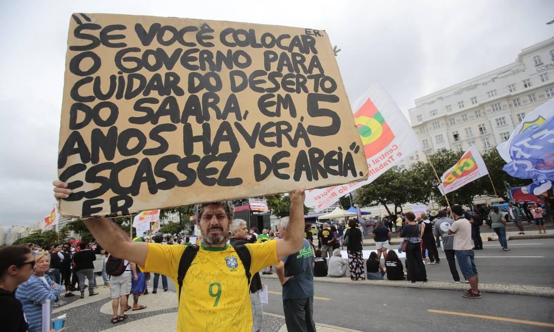 Edson Rosa em ato promovido por servidores do estado do Rio contra a corrupção, na orla de Copacabana, em maio de 2017. Ativista se tornou conhecido a partir dos movimentos sociais de 2013 Foto: Thiago Freitas / Agência O Globo