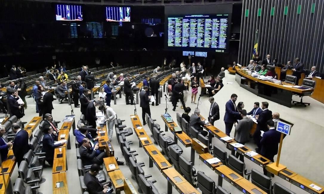 Deputados e senadores reunidos no plenário da Câmara em sessão do Congresso Foto: Waldemir Barreto/Agência Senado