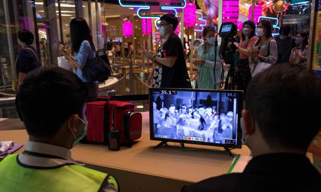 As temperaturas de clientes de um shopping na Tailândia são monitoradas na tentativa de conter a disseminação do coronavírus, em janeiro de 2020 Foto: AMANDA MUSTARD / The New York Times