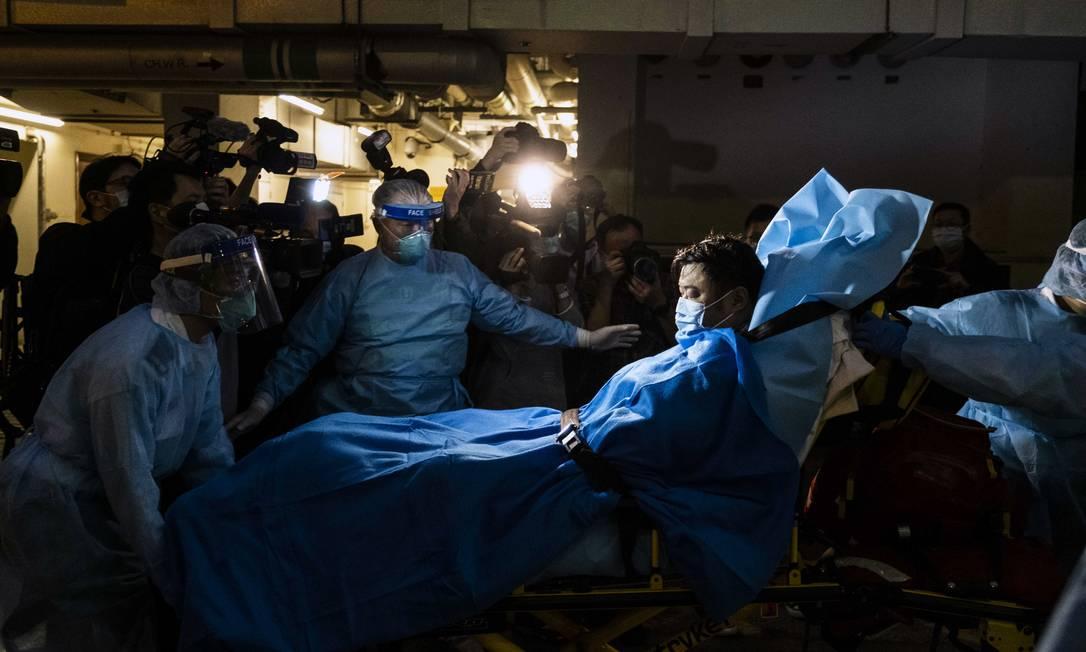 Paramédicos transportam um homem que se acredita ser o primeiro paciente de coronavírus de Wuhan em Hong Kong, em janeiro de 2020 Foto: LAM YIK FEI / The New York Times