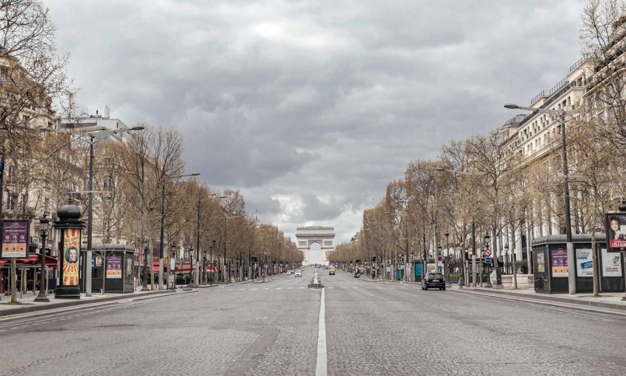 A avenida Champs-Élysées vazia em Paris, em abril de 2020, em resposta ao surto de coronavírus Foto: ANDREA MANTOVANI / The New York Times
