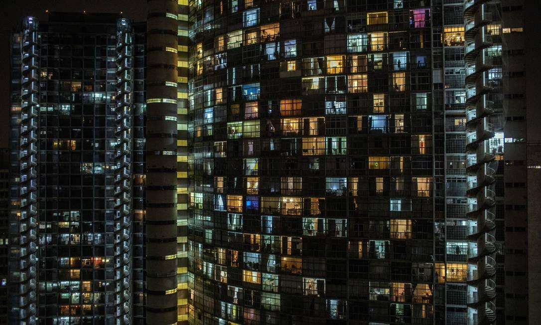 Moradores de um edifício em São Paulo se reúnem em suas janelas para protestar contra a resposta do presidente Jair Bolsonaro ao surto de Covid-19, em março de 2020 Foto: VICTOR MORIYAMA / The New York Times