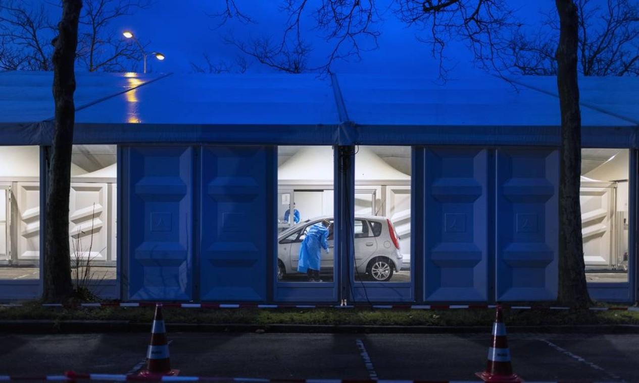 Um ponto drive-through para teste de coronavírus de alta velocidade em Eindhoven, Holanda, em 1º de dezembro de 2020. País expandiu sua abordagem para teste de coronavírus com as chamadas ruas de teste XL, onde 5 mil testes podem ser administrados por dia Foto: ILVY NJIOKIKTJIEN / The New York Times