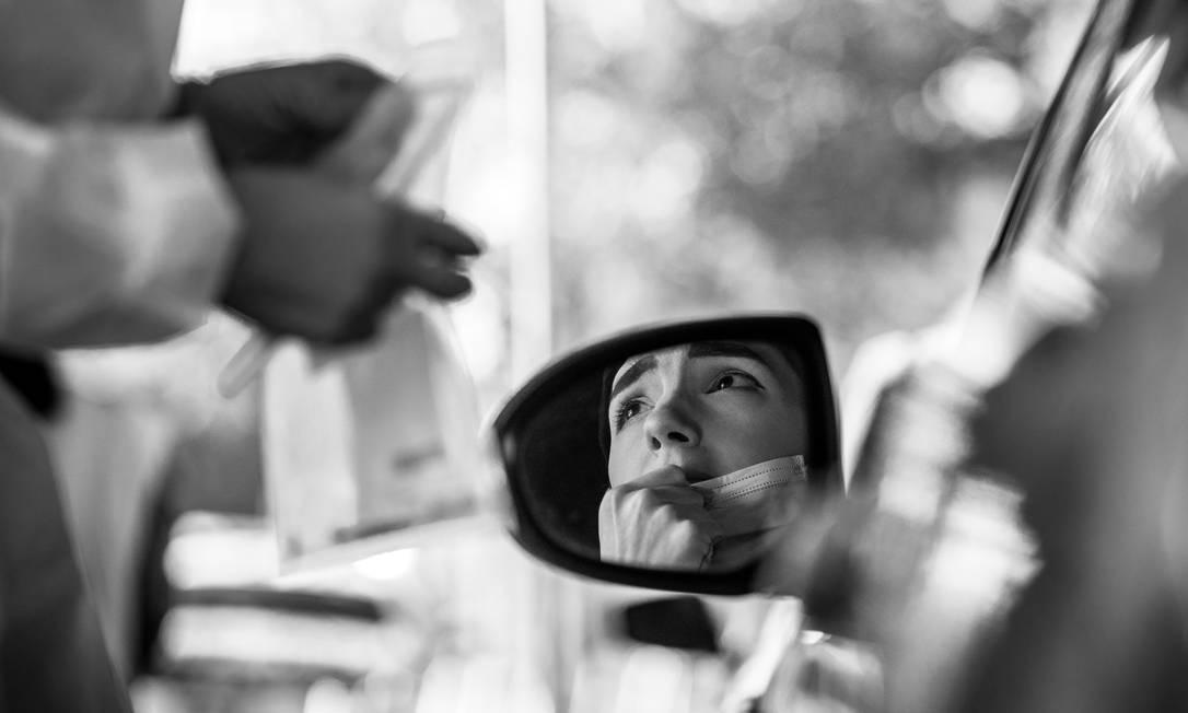 Um local de teste drive-through para o coronavírus em Tampa, na Flórida, em outubro de 2020. Estado, que fechou as portas tarde e se apressou para reabrir, foi um dos estados mais afetados dos EUA Foto: DAMON WINTER / The New York Times